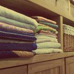 Jak wybrać szafę ubraniową do sypialni?